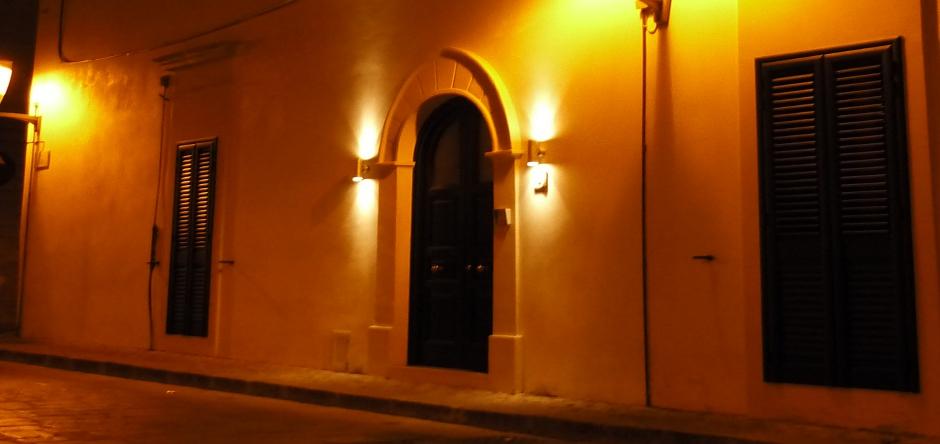 Vista notturna del portone d'ingresso...