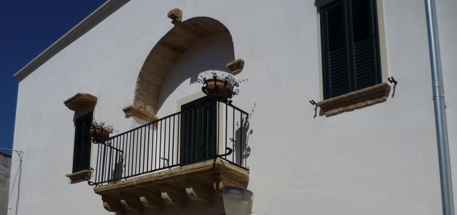 Particolare primo piano con balcone e finestre...